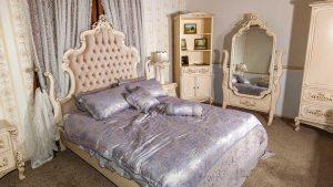 تخت خواب و آینه و کمد