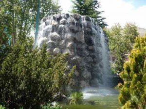 آب نمای سنگی غول پیکر در پارک